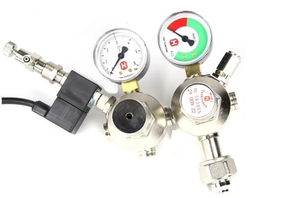 Hiwi Doppelkammer CO2 Druckminderer mit Magnetventil und Rückschlagventil